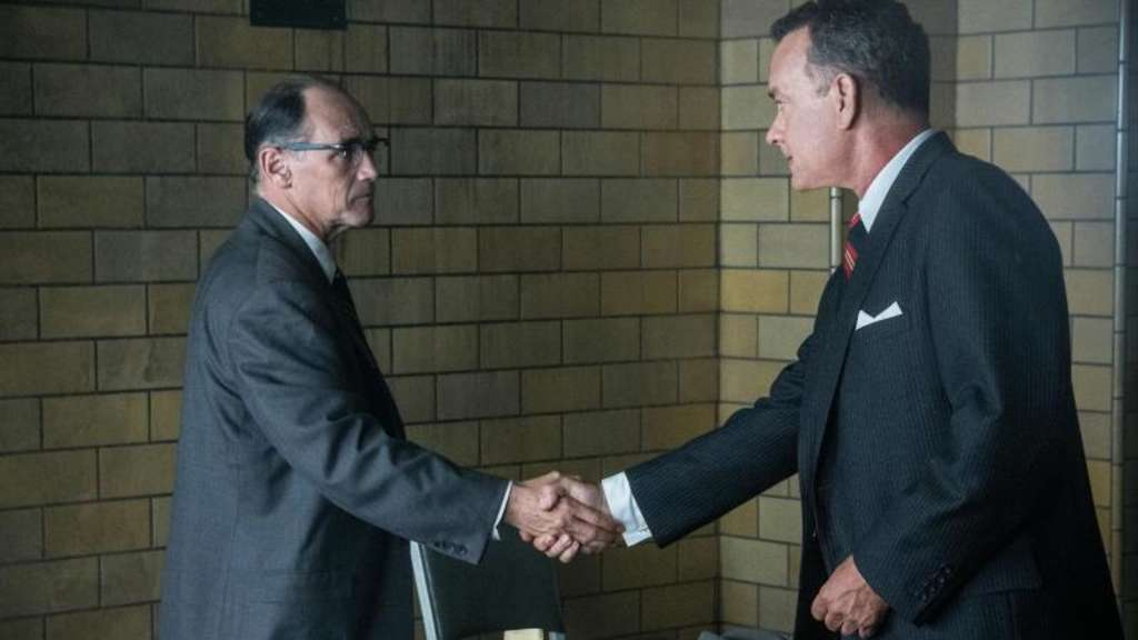 """Bridge of Spies - Der Unterhändler"" ist ein Agententhriller und eine Charakterstudie des US-Anwalts James Donovan (Tom Hanks, r). Foto: 2015 Twentieth Century Fox"