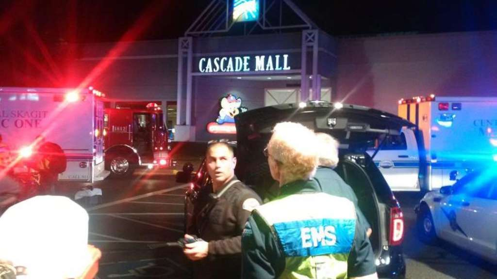 Polizisten am Tatort, der Cascade Mall in Burlington im Bundesstaat Washington. Foto: Sgt. Mark Francis/Washington State Patrol/epa/dpa