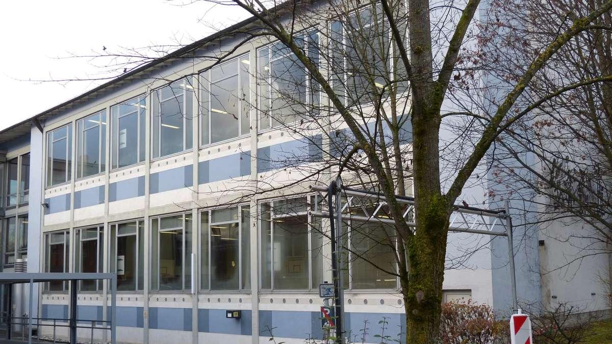 marodes dach der turnhalle am weilheimer gymnasium weilheim schongau. Black Bedroom Furniture Sets. Home Design Ideas