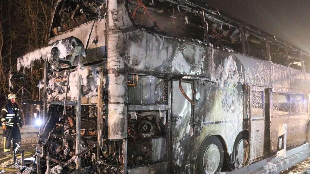 Reisebus brennt vollkommen aus - 15 Schüler leicht verletzt