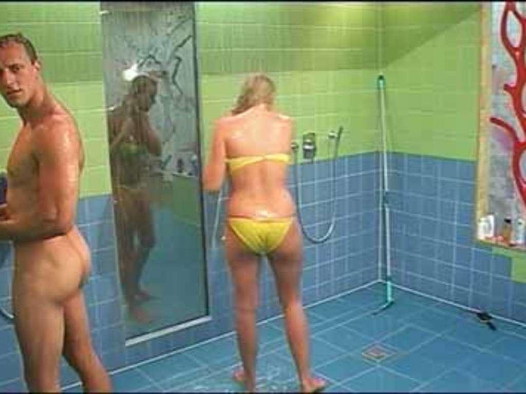 Männer beim duschen nackt