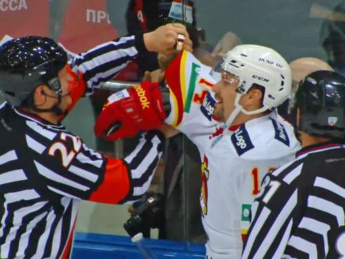 Video: Eishockey-Spieler nach Check in Bande gefangen