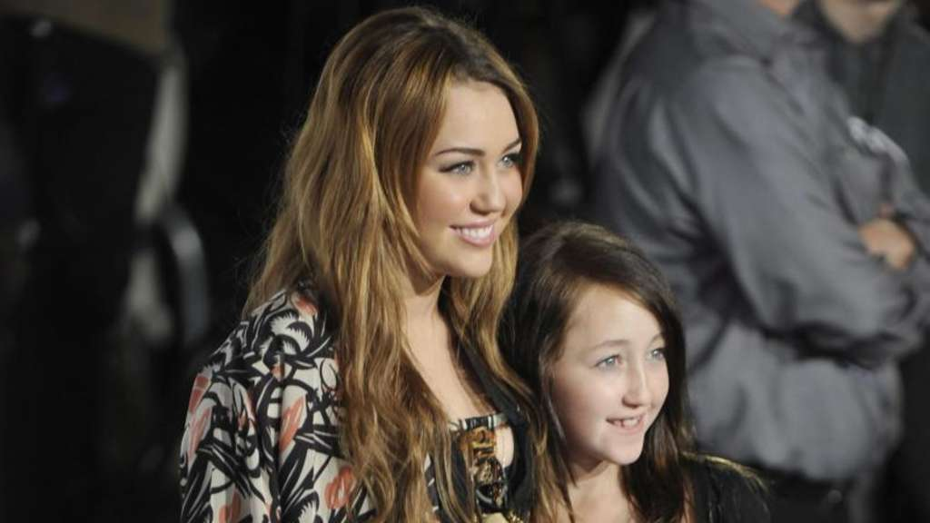 Miley Cyrus (L) mit ihrer Schwester Noah Cyrus 2011 in Los Angeles. Foto: Mike Nelson