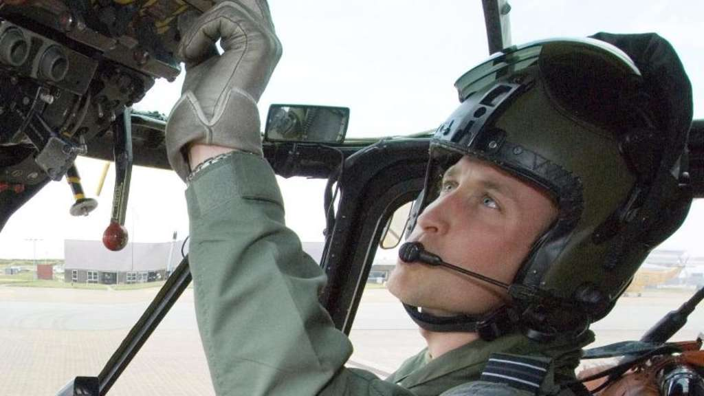 Prinz William im Cockpit eines Helikopters. Foto: British Ministry of Defence