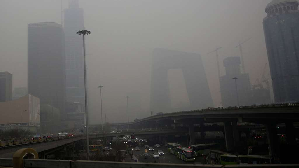 epa05059064 A view of the China Central Television (CCTV) Tower (3-R) and other buildings shrouded in smog in Beijing, China, 08 December 2015. City schools closed on 08 December as Beijing issued its first-ever smog red alert, advising residents to stay indoors and children not to go to school until 10 December lunchtime. The new alert issued by the city&#39s emergency management headquarters represented the highest-level warning issued for the first time since a four-colour scale - red, orange, yellow, blue - was introduced in 2013. EPA/HOW HWEE YOUNG +++(c) dpa - Bildfunk+++
