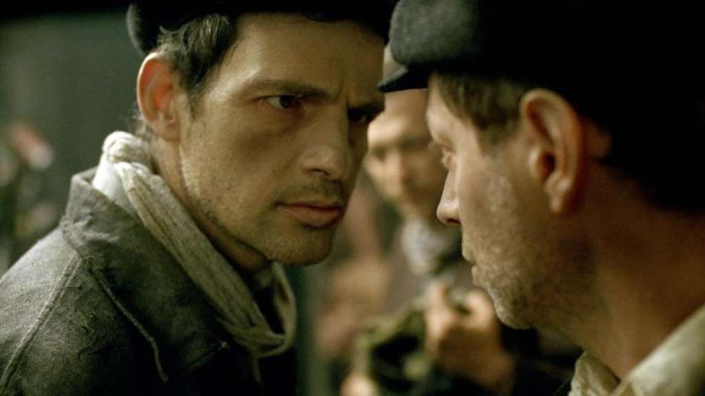 "Geza Röhrig spilet in dem Film ""Son of Saul"" den KZ-Insassen Saul (l) in einer Szene aus dem Film ""Son of Saul"". Foto: Sony Pictures"