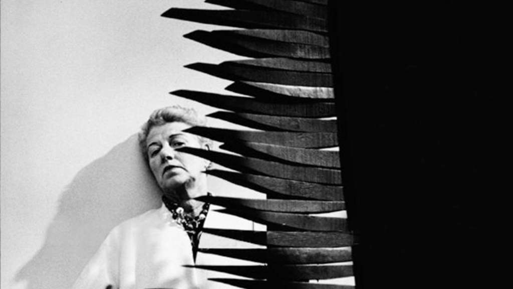 Ende der 50er Jahre: Peggy Guggenheim hinter einer Skulptur von Louise Nevelson. Foto: Roloff Beny/Courtesy of National Archives of Canada/NFP