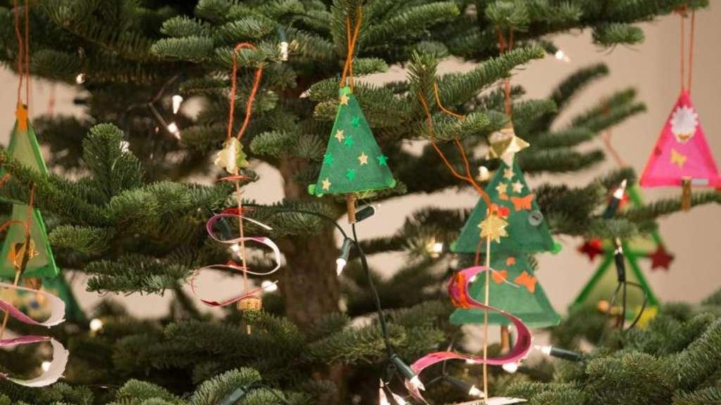 weihnachtsbaum aufstellen so steht er sicher wohnen. Black Bedroom Furniture Sets. Home Design Ideas