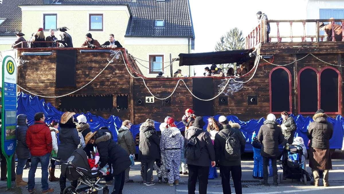 Zehntausende Besucher Bestaunen Faschingswagen Beim Faschingsumzug