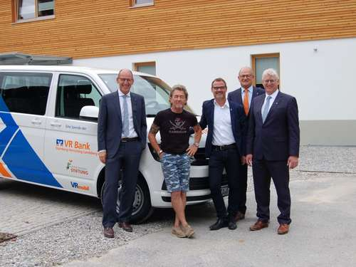 VR Bank spendet VW Bus an Peter Maffay Stiftung